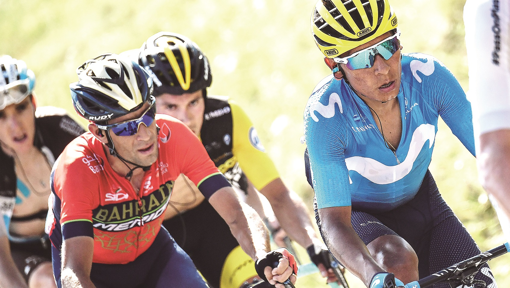 Colombia's Nairo Quintana (C) rides in a counter attack group during the last ascend of the eleventh stage of the 105th edition of the Tour de France cycling race between Albertville and La Rosiere, French Alps, on July 18, 2018.  / AFP PHOTO / Jeff PACHOUD